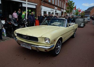 gul amerikanerbil på gaden i Løgstør