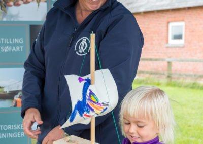 Kvinde og barn på maritim festival løgstør