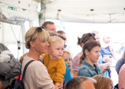 Folk lytter til musik på Muslingefestivalen