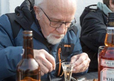 mand spiser muslinger - muslingehøstfest